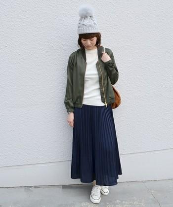 ロングのプリーツスカートに合わせてふわふわニット帽をかぶれば、冬先取りコーデに。かわいらしくもカジュアルで、気軽にミリタリーテイストを取り入れられます。