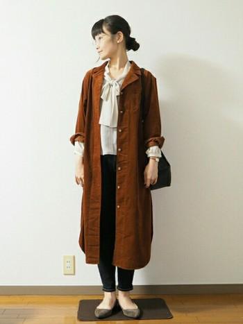 ユニクロのロングシャツを使ったプチプラコーデ。シフォン素材のボウタイブラウスや秋色でちょっぴりレトロな雰囲気です。