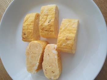 忙しい朝にピッタリの一回巻くだけの作り方は、朝ごはんやお弁当用にピッタリです。きれいな卵の色味を出して1回巻きでもふんわり仕上げるコツは、『中火で一気に→手早く弱火で巻く』。 ササッと迷いなく巻いていくこと。 鰹節を入れるのがちょっとした隠し味のレシピです。