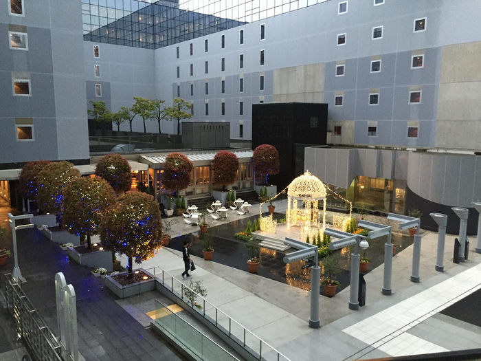 「京都駅ビル」には、広場や歩道、イベントスペース等、来訪者が憩える場所が数々あります。7階の「東広場」もその一つ。コの字型のホテルの内側に設けられています。 【画像の奥は、レストラン「カフェ・チェントチェント」。】