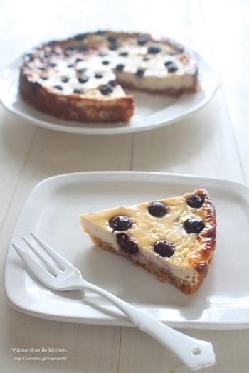 ブルーベリーと豆腐クリームで作るケーキは、材料をミキサーで混ぜて焼くだけの簡単レシピです。チーズの代わりに水切りヨーグルトを加えてカロリーダウン!