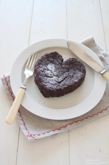 豆腐クリームとココナッツオイルを使用したチョコレートケーキは、濃厚な味わいでコーヒーはもちろん、ワインと合わせた大人の味わい方もおすすめです。