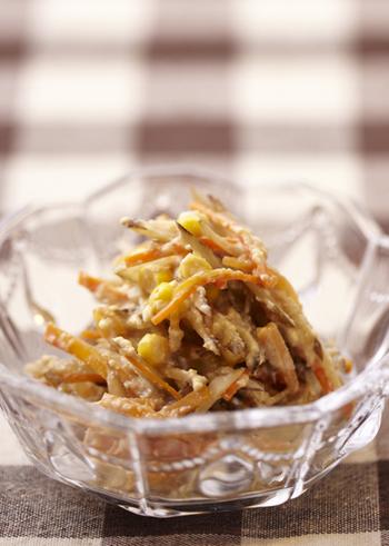 にんじんやごぼうなど、根菜たっぷりの豆腐クリームを使ったサラダです。カレー粉を加えてスパイシーにいただくのもおすすめです。