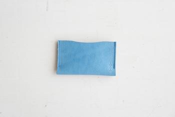 牛革の一枚の革を、二つ折りにして縫製したシングルケース。底面まで縫い合わせないことで、カードをすっと収納できます。 こちらのシングルのカードケースは、スリッパの生産時にできる余り革を使用して作られています。本革なので大きなキズなどが入っていることもありますが、それもまた動物たちの生きた証、商品の「アジ」として存在しています。また、スリッパの残革の裏面を内側に使っているので、カード類がすべり落ちにくいというメリットもあります。