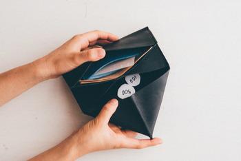 また、シングル・ダブルともにカードケース単体としてだけでなく、財布にセットするのもおすすめです!エリアを区切れるのでより使いやすなります♪自分らしい色の組み合わせが楽しめるのもいいですね。写真のお財布は、下記でご紹介しますね♪