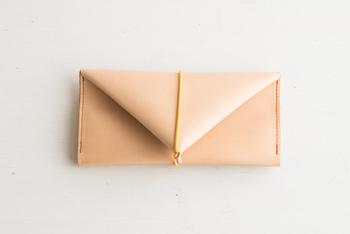 シンプルなのに機能的。手に持った時の感触もしっとりと肌になじむ、いつまでも遊び心を忘れない大人にピッタリな長財布の登場です!