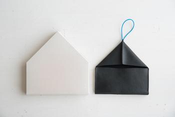 ゴムひもで留めるだけのシンプルで使いやすいデザイン、開けた時の三角屋根のようなユニークなシルエット、折り紙を折ったような形が大人の遊び心をくすぐります。 こちらの長財布の良さは、見た目の可愛らしさだけではありません!機能的で使い勝手だってバツグンなんです!
