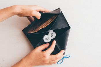 蓋を開けると2つの仕切りが大きく開き、財布の中身が一目瞭然!ひと目でどこに何がどれくらい入っているのか見渡すことができます。ガバっと開けると小銭がダダッーと出てくるので取り出しやすいのに、蓋がストッパーとなっているので硬貨を落とすこともなくお財布の中身が見やすいので支払い時のイライラも解消してくれます。