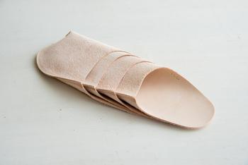 内側は素足でも気持ちよく履けるように革の表面を使用し、外側は滑りにくいように革の裏面を使用しています。また、軽いので旅行のおともにもおすすめです♪