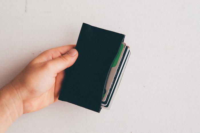 シングルは名刺などで30枚、クレジットカードなどは10枚ほど収納できます。見かけによらず、頼もしい相棒になってくれることでしょう。
