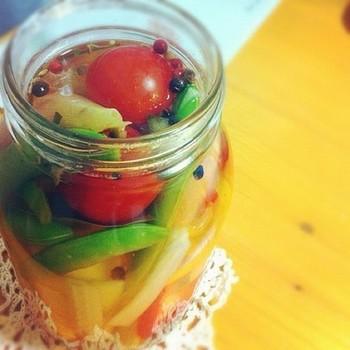 ピクルスは簡単・便利な作り置き方法ですね!サラダやお漬物のかわりにサッと使え便利です。彩りも考えながらお好きな野菜で作れば、食卓も華やかになりますね。