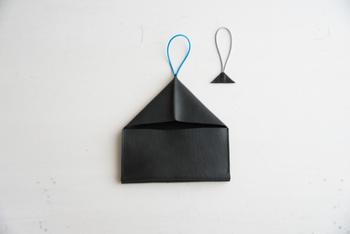 付属品として、カラーの異なるゴムひもが2本ついてきます。ゴムひもは本体に縫い付けていないので、Uピンなどを使って簡単に交換することができる手軽さも◎ ゴムが伸びてしまって財布を買い換える必要も無く、気分に合わせてカラーをチェンジできるので飽きることなく長く使えますね♪