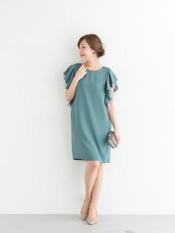 ブルーグリーンのカラーがクールなドレス♪ フリルの袖がポイントで、ベージュ系の小物を合わせることで、より軽やかな女性らしい印象になります。