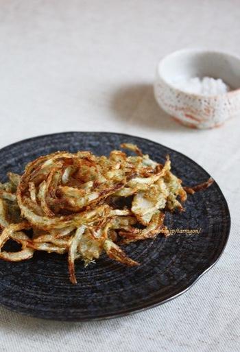 玉葱のみのシンプルなかき揚げ。風味づけにチーズと青のりを使っています。とっても香ばしくてサクサクに。お塩をふっておつまみにも喜ばれる一品です。こってり食べたい人はガーリックバターやケチャップで。