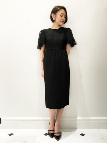 膝下丈がエレガントな大人の女性の雰囲気のブラックドレス。ドットチュールのかわいらしい袖が揺れて美しく、自分らしいドレスをお探しの方に最適なアイテムです。