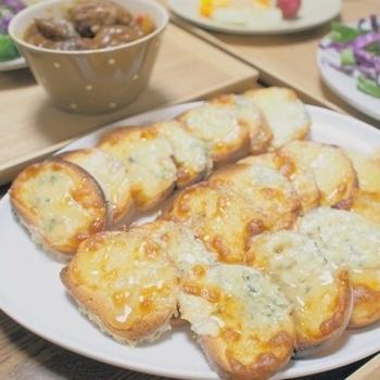 チーズの中までカビが入り込み、強い塩気と匂いが特徴です。フランス最古のチーズとも言われており、2000年前のローマでも食べられていたという文献が残っているそうです。日本では、ゴルゴンゾーラがなどが有名です。青カビタイプのチーズをバケットにぬったら軽く焼いて、上からとろりとはちみつをかけてみてください。甘いソースと相性がよく、ほどよく臭みが消えて美味しくいただけます。