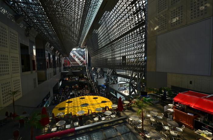 【画像手前は、駅ビル東側の「ホテルグランビア京都」のカフェレストラン『ル・タン』(季節営業)。】