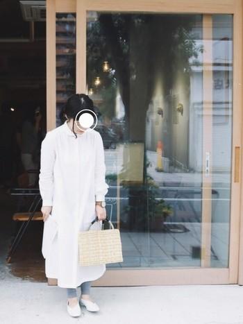 真っ白なシャツワンピを1枚ですっきりシンプルに着こなして。残暑から秋にシフトするコーデはこんな風にカゴバッグをプラスして軽やかさを残しつつ楽しみましょう。レギンスで足元を冷やさないようにして、秋の冷たい風にも対応したいですね。