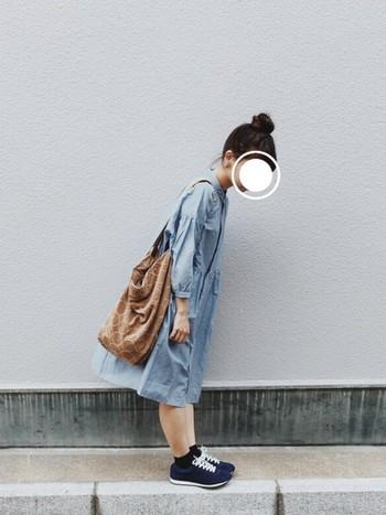 意外とどんなカラーとも相性がよい淡いブルーのシャツワンピースは、1枚は持っておきたいアイテム。茶色のバッグともよく合っていますね。ふんわりギャザーがかわいらしいデザインのワンピースは、スニーカーを合わせるとGOOD♪
