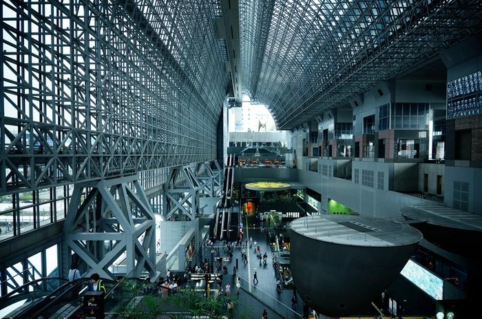 【京都駅ビル中央口前のアトリウム】
