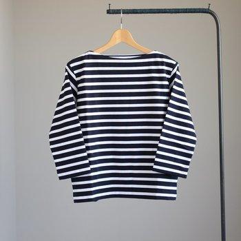 柔らかなコットン天竺素材を使用して作られた「yaeca(ヤエカ)」のバスクシャツは着心地の良さが人気です。上品なボートネックにゆったりしたシルエット、年齢を問わず愛され続ける良さが詰まっています。