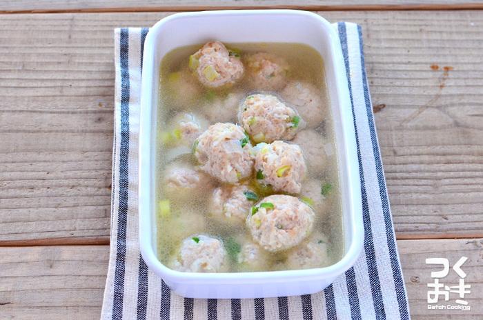 アレンジしやすい鶏だんごは、たくさん作って冷凍保存もできる便利な常備菜です。スープや麺類をはじめ、お弁当にも使える万能おかず!お弁当に入れる時は、照り焼きダレで絡めるのがおススメです☆