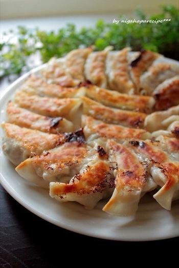 キャベツ×ひき肉料理といえば、「餃子」も大人気のメニューですよね。こちらはキャベツをふんだんに使った、野菜の旨みたっぷりな餃子です!焼き方は、まず水で蒸らしてから焼き色を付けると、外はパリッと中はジューシーに仕上がります♪