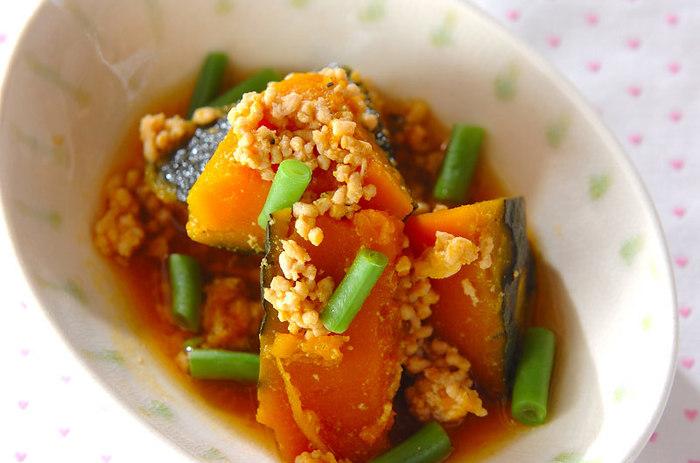 最後にご紹介するのは、旬の味覚を味わえる「秋野菜×ひき肉」料理。夏から秋にかけて収穫されるカボチャは、貯蔵によって甘味が増すので秋~冬が美味しい季節。ホクホクの食感が絶品の煮物料理は、秋の食卓におすすめの一品です!
