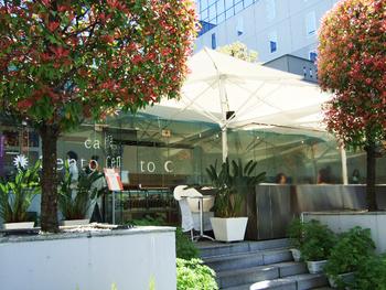 ◆カフェ・チェントチェント(cafe Cento Cento)   駅ビル内のの穴場的カフェレストラン。白を基調とした店内は、清潔感に溢れ、明るい雰囲気。店前の東広場の一角も客席。晴れて温かな日は、外のテラスもお勧め。