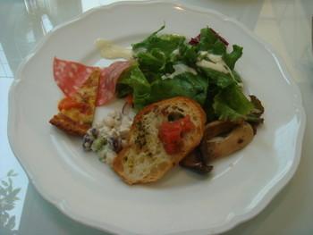 料理はイタリアン。 昼時には、スープ・前菜・パスタ・デザート・ドリンクがセットになったランチセット、夕方からはイタリアンブッフェが隣接で頂けます。 【画像は、ランチセットの前菜。】