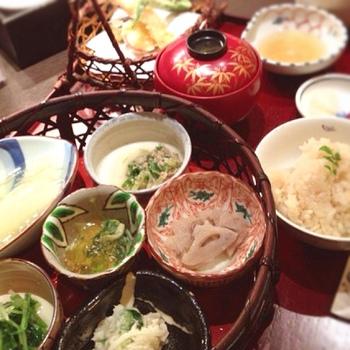 ◆接方来(せっぽうらい)京都駅ビル店  京都劇場2Fにある「接方来」は、旬の京野菜を使ったお料理が自慢の店。天ぷらや茶碗蒸し、湯葉料理等など、色とりどりの野菜料理を盛り込んだ和食膳が人気です。リーズナブルな価格で美味しいと評判です。 【画像は人気の「接方来の季節御膳」】