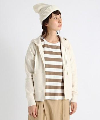パーカーとトップス、スカート、ニット帽はともに同系色のベージュをチョイス。 色を統一するだけで、まとまり感のあるおしゃれさんに大変身できます◎