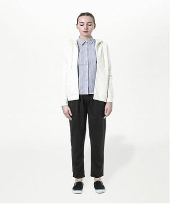 ストライプのシャツと無地ホワイトパーカーの組み合わせ。 これだけでとってもおしゃれに魅せることができます。 アクセントにピアスやイヤリングをしてみても素敵。