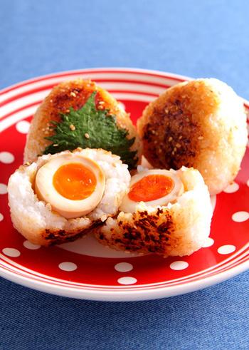 味付け卵が入った食べてびっくりの焼きおにぎりです。焼き目の香ばしさと、とろ~り半熟の黄身がベストマッチ!