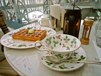 食事は、サンドイッチやドリアなど。オススメは、英國屋自慢の欧風スタイルの「英國屋オリジナルビーフカレー」。スウィーツの人気は、シフォンケーキとワッフル。 【画像は、プレーンワッフルとオリジナルティー。】