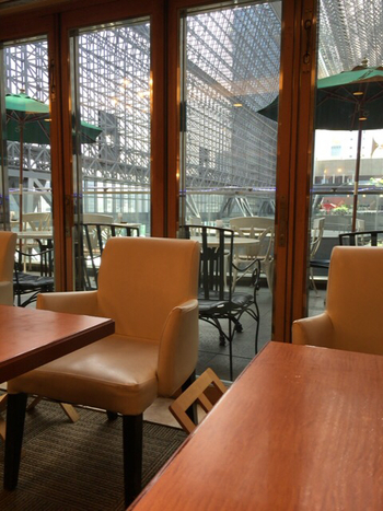 ◆3F カントリーハウス英國屋  大阪中心に展開するカフェ「英國屋」は、香り高い珈琲だけでなく、居心地の良い空間や設えにも定評があるカフェです。ここジェイアール京都伊勢丹内にある店は、駅構内に接し、ロケーション抜群。外のテラス席からは、コンコースを見下ろせます。