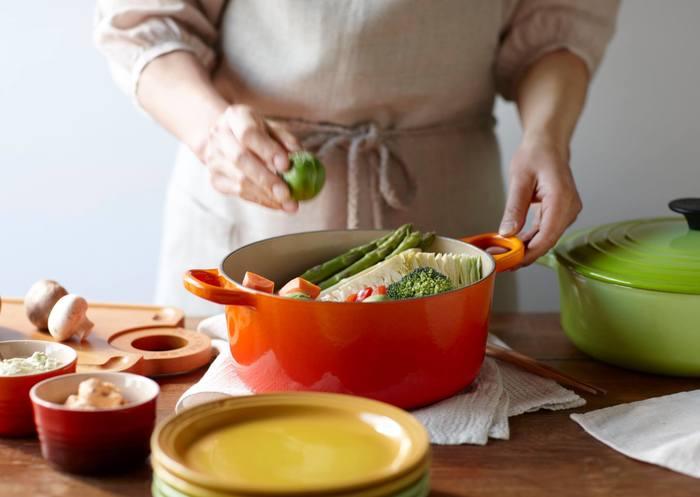 """「ル・クルーゼ」と聞いて多くの人がイメージするのは""""お鍋""""じゃないでしょうか?ブランドの原点でもある鋳物ホーロー鍋は、改良を重ねてたどり着いた独自の構造で、どんなお料理も美味しく仕上がると評判です。「煮る」「炊く」「蒸す」「焼く」「炒める」「揚げる」といった、一通りの調理方法に対応できる万能さも魅力のひとつです。"""
