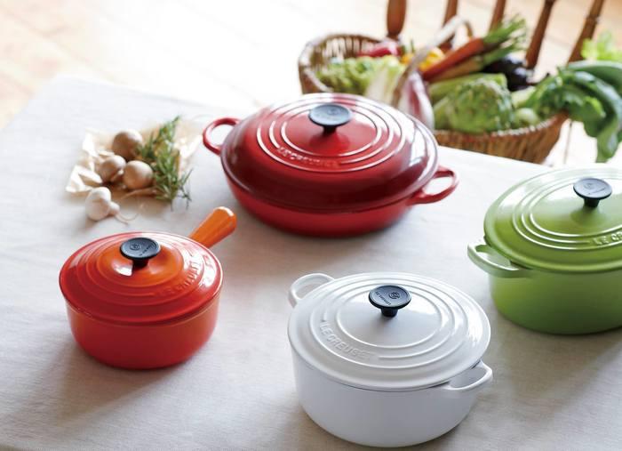 鋳物ホーロー鍋は国内外の様々なメーカーから発売されていますが、ル・クルーゼの特長は、とても発色がきれいだということ。鮮やかなカラーを表現するためにエナメル(ホーロー)加工にもとてもこだわっているようです。ル・クルーゼの象徴的なオレンジのグラデーションをはじめ、定番カラーも豊富。食卓が明るくなるような色味に気分があがりそうですよね。