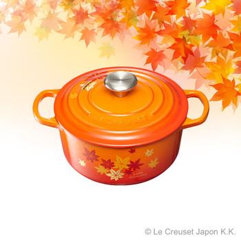 ル・クルーゼの定番中の定番アイテム「シグニチャー ココット・ロンド(18cm)」。側面や蓋に、もみじ柄がプリントされています。きれいなオレンジのグラデーションと、もみじの模様がとても合っていますね。カラーはオレンジとシャイニーブラックの2色展開。