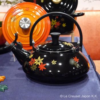 南部鉄器に代表される、日本の伝統的なアイテム「鉄瓶」。その佇まいを思わせるフォルムをした、ホーロー製のケトルもあります。