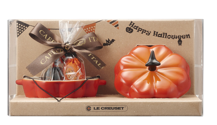 今年のハロウィン限定アイテム、一つ目は、かぼちゃの形をしたミニサイズのストーンウェア「プチ・パンプキン」とスイーツがセットになった特別なセット。スイーツは、イタリアの老舗菓子メーカー「Caffarel(カファレル)」社のチョコレートとゼリーだそう。プチ・パンプキンはちょっとした小物入れとして使っても可愛いですよね♪