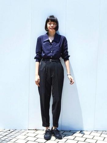 襟のちょっと大きいシャツを黒のテーパードパンツとスニーカーでまとめたコーデ。女性らしいシャツですが、スニーカーを合わせてハズしてあげると抜け感のあるコーデに仕上がりますね。