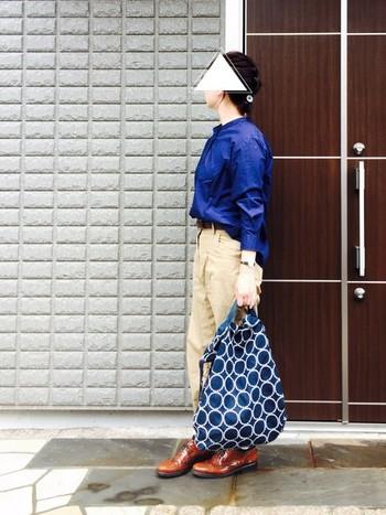 ブルー系のシャツやブラウスはきちんと感を演出してくれるアイテムです。ネイビーのシャツにバッグ、ブラウンのシューズの組み合わせはおしゃれ上級者。シンプルなコーディネートには、柄やデザインのあるバッグをプラスするのが正解。