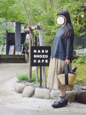 大人シックなナチュラルコーデを目指すなら、たまには黒のブラウスなどはいかがでしょう? ベージュのスカートを合わせて落ち着いたナチュラルコーデに仕上げましょう。お気に入りのこだわりの靴×柄やデザインの靴下コーデで個性を出して。