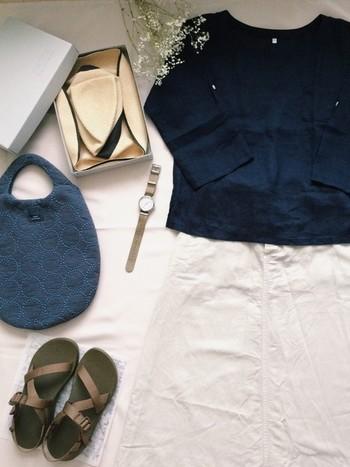 ネイビーのブラウスにベージュのスカートを合わせた秋らしいコーデ。ネイビーやグレーの靴下を合わせてあげるのもいいですね。サンダルもベージュやブラウン系なら秋にも使えてそうですね。