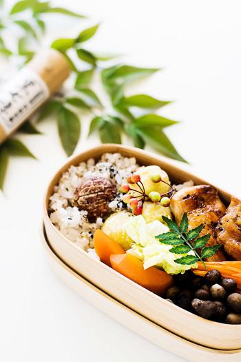 秋の味覚、栗と蕎麦の実を雑穀としてご飯と一緒に炊き込むご飯のアイデア。おむすびにしても美味しいです!おかずは鳥の照り焼き、むかごと人参の塩蒸など。これぞまさに秋という感じのお弁当ですね。