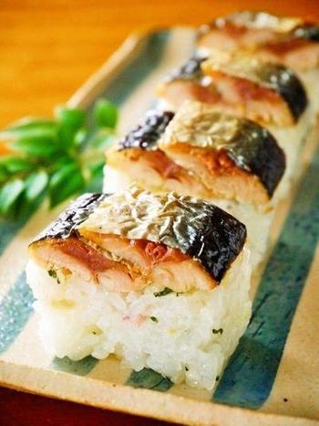 秋の焼きサンマとご飯て最高の組み合わせですよね。お弁当にするならこんな風に押し寿司にすれば見た目もいいし食べやすくて◎。
