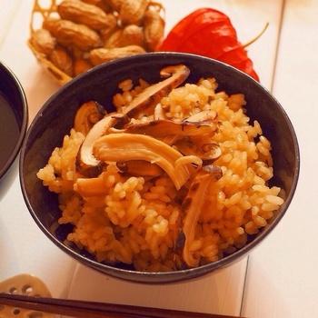 秋といって忘れてはいけないのが、松茸!炊き込み御飯にしておむすびにすれば、香り豊かな秋の行楽弁当にもってこいのごはんです。