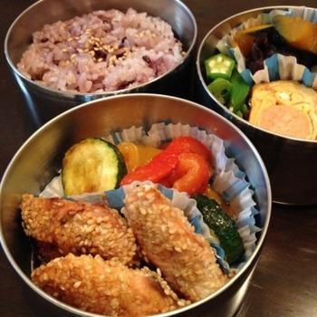 秋の味覚秋鮭を醤油、酒、みりんで味付けしたちょっと甘辛な炒め焼きです。すだちをキュッと絞っていただくとさっぱりとしていて食も進みます。