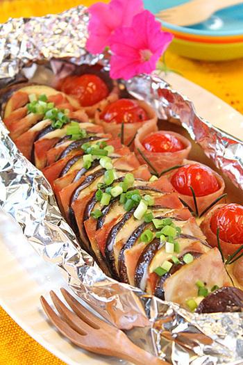 アルミホイル焼きなので、アウトドアでのBBQでも活躍するレシピ。もちろん、お弁当に持って行ってもベーコンの旨みが秋茄子に沁みて美味しいです。プチトマトも一緒だと彩りも鮮やかですね。